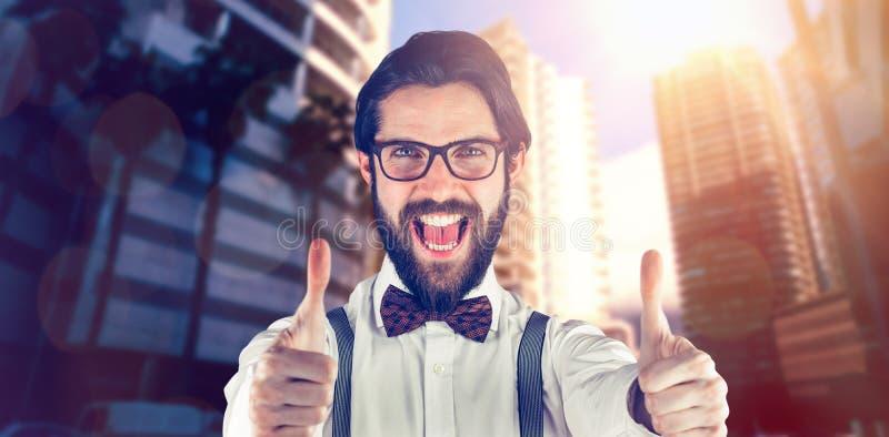 L'immagine composita del ritratto dell'uomo allegro che mostra i pollici aumenta fotografie stock libere da diritti
