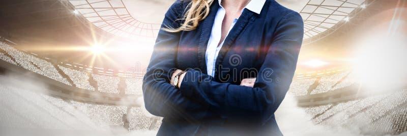 L'immagine composita del ritratto delle armi allegre della donna di affari ha attraversato fotografie stock