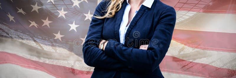 L'immagine composita del ritratto delle armi allegre della donna di affari ha attraversato fotografia stock