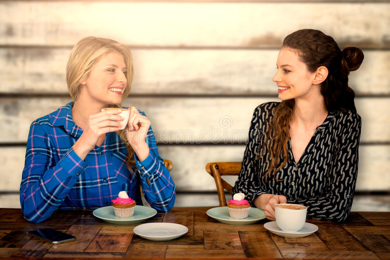 L'immagine composita delle donne sta avendo un caffè immagini stock libere da diritti