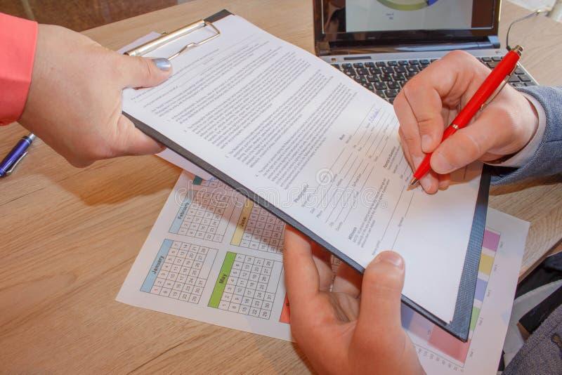 L'immagine concettuale di un uomo che firma un ultimo ed il documento del testamento fotografia stock