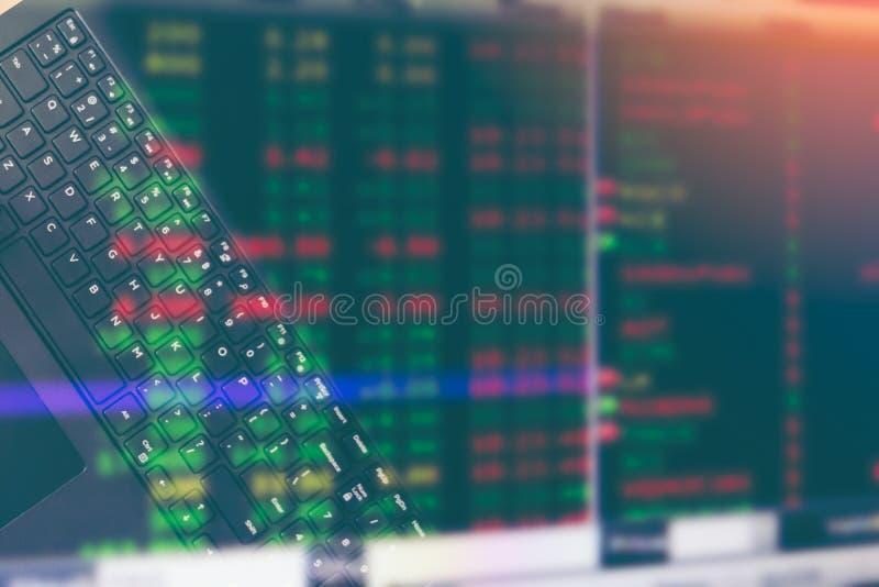 L'immagine del fondo commerciale della sfuocatura del grafico di prezzo di mercato di scambio del bitcoin, doppia esposizione immagine stock