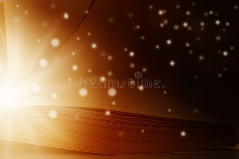 L'immagine del libro magico aperto con la stella si accende fotografie stock