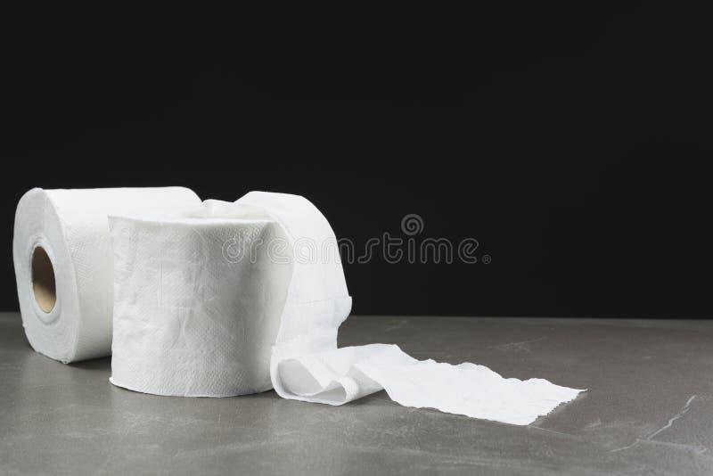 L'immagine del primo piano delle carte igieniche rotola sulla tavola fotografia stock
