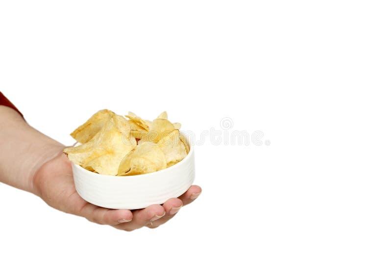 L'immagine della mano dell'uomo sta tenendo le patatine fritte nella ciotola fotografie stock libere da diritti