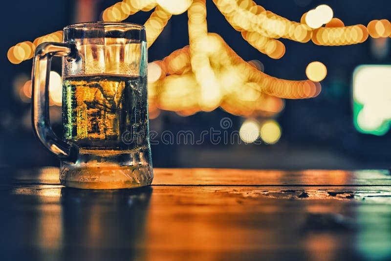 L'immagine della tavola di legno davanti all'estratto ha offuscato il fondo delle luci del ristorante fotografia stock libera da diritti