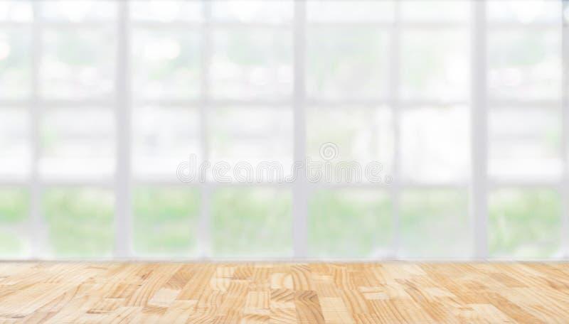 L'immagine della tavola di legno davanti all'estratto ha offuscato il Li del ristorante immagini stock