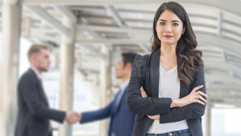 L'immagine delle donne di affari di felicità sta con sicuro nel fron o fotografie stock