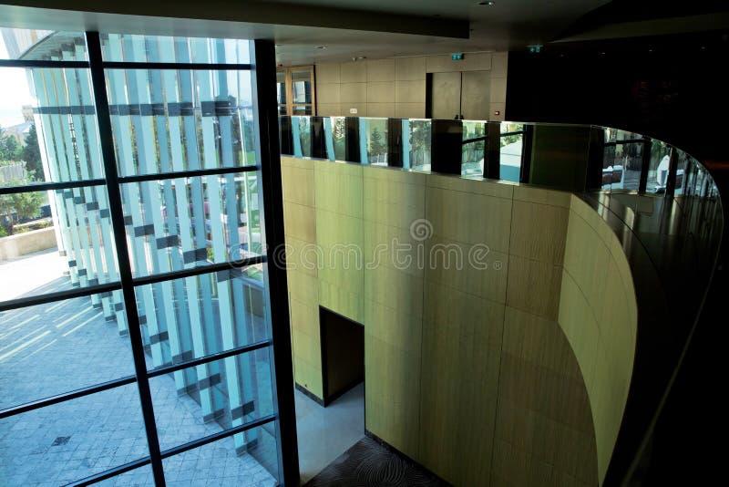 L'immagine delle finestre dentro morden il centro dell'edificio per uffici, hotel, centro commerciale, centro di affari immagini stock