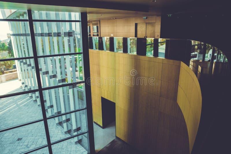 L'immagine delle finestre dentro morden il centro dell'edificio per uffici, hotel, centro commerciale, centro di affari immagine stock