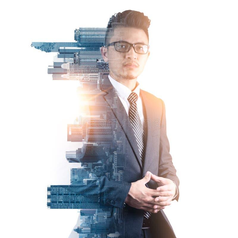 L'immagine di doppia esposizione dell'uomo d'affari astuto che sta durante la sovrapposizione di alba con l'immagine di paesaggio fotografie stock libere da diritti