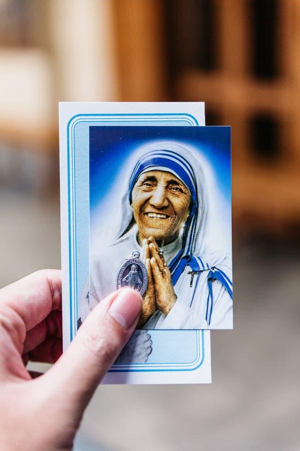 L'immagine e la reliquia di St Teresa di Calcutta nei missionari di carità in Calcutta, India immagini stock libere da diritti