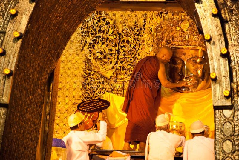 L'immagine senior di Mahamuni Buddha del lavaggio del monaco fotografie stock
