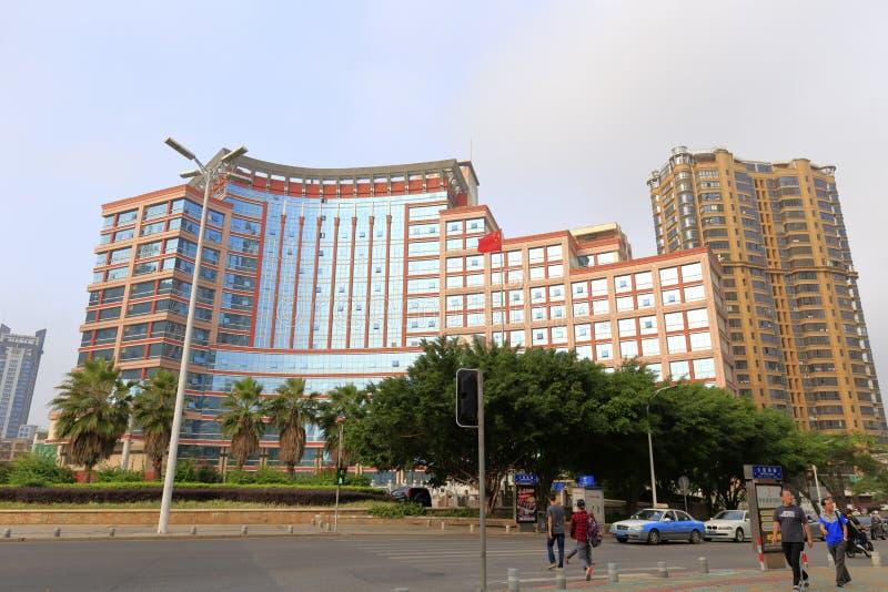 L'immeuble de bureaux avec le mur rideau en verre incurvé photos libres de droits