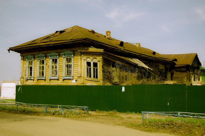L'immeuble de bureaux détruit dans la province russe images libres de droits