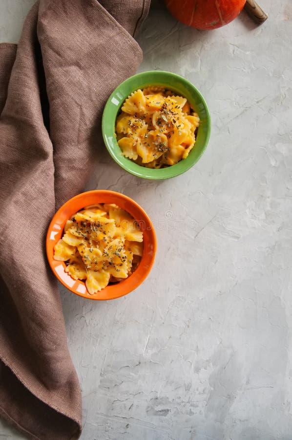 L'imper et le fromage crémeux de potiron ont fait des pâtes cuire au four au-dessus du backg en pierre blanc images stock