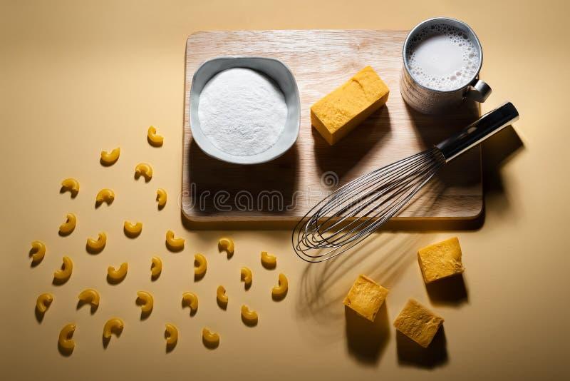 L'imper libre Deconstructed et le fromage de laiterie libre de gluten comme illustré par les ingrédients et les outils ont dû fai images libres de droits