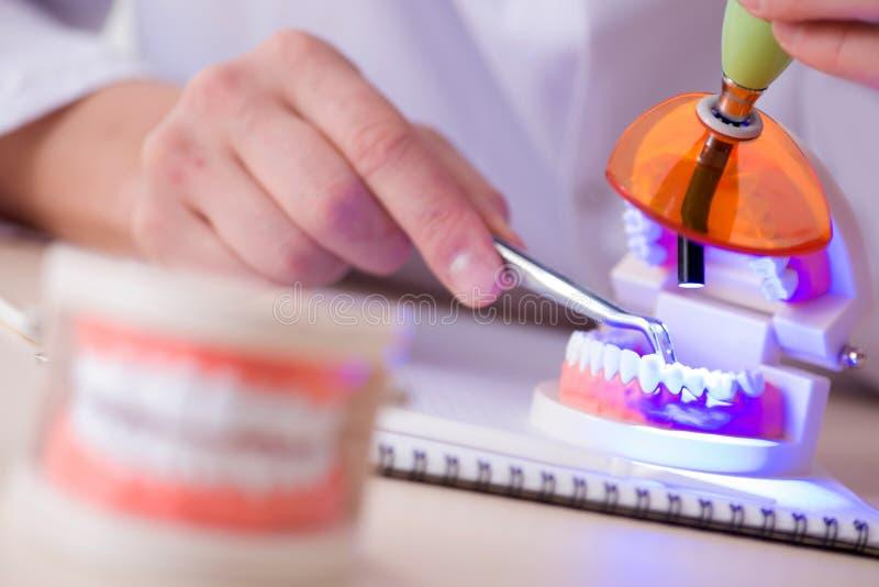 Download L'impianto Funzionante Dei Denti Del Dentista In Laboratorio Medico Fotografia Stock - Immagine di dentiera, uomo: 117977904