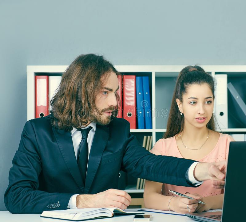 L'impiegato dell'agenzia di assicurazione prendpartee ad un contratto con una ragazza fotografia stock