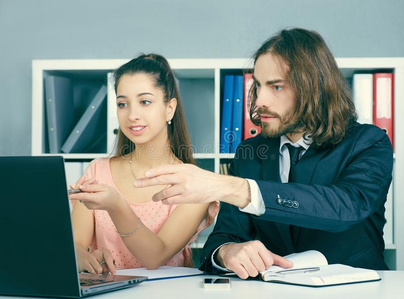 L'impiegato dell'agenzia di assicurazione prendpartee ad un contratto con una ragazza Affare, ufficio, legge e concetto legale fotografie stock libere da diritti