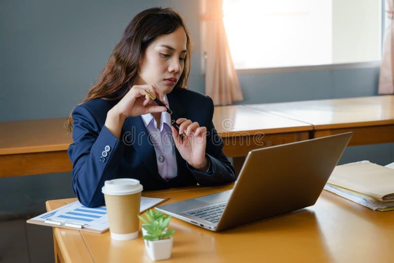 L'impiegato di concetto femminile indossa il funzionamento blu scuro del vestito con l'archivio di documento ed il mucchio della  immagine stock libera da diritti