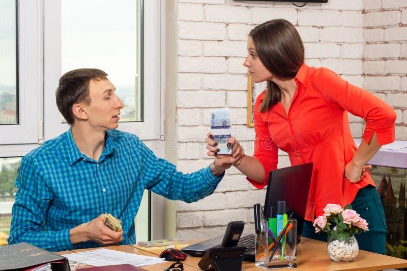 L'impiegato e direttore discutono gli stipendi fotografia stock