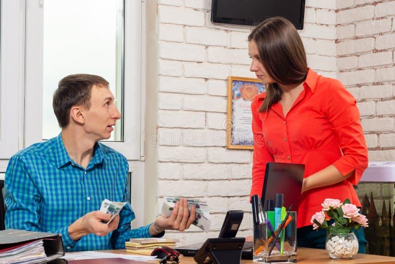 L'impiegato richiede il pagamento dello stipendio dalla testa fotografia stock libera da diritti