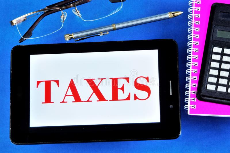 L'imposta è un pagamento gratuito obbligatorio , riscossi dall'amministrazione centrale o dalle autorità locali presso organizzaz fotografia stock