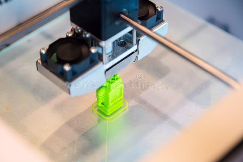 L'imprimante 3d tridimensionnelle automatique effectue la création de produit Impression 3D ou fabrication additive et robotique  photo stock
