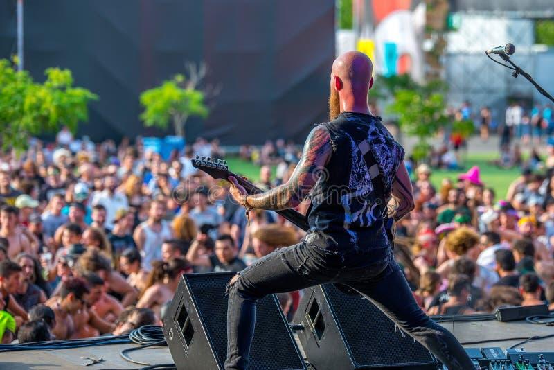 L'incanto che la banda di musica di furia esegue di concerto al festival di musica del metallo pesante di download fotografia stock