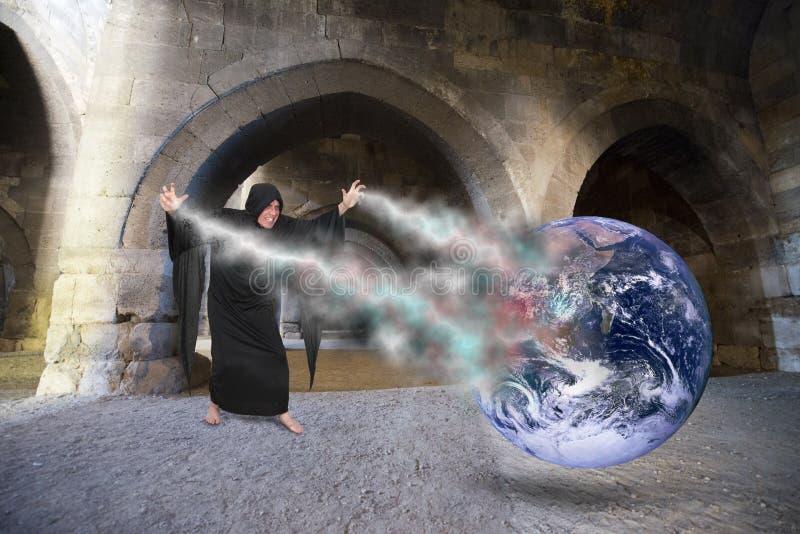 L'incanto diabolico della colata dello stregone, crea l'apocalisse del mondo, giorno del giudizio universale immagini stock libere da diritti