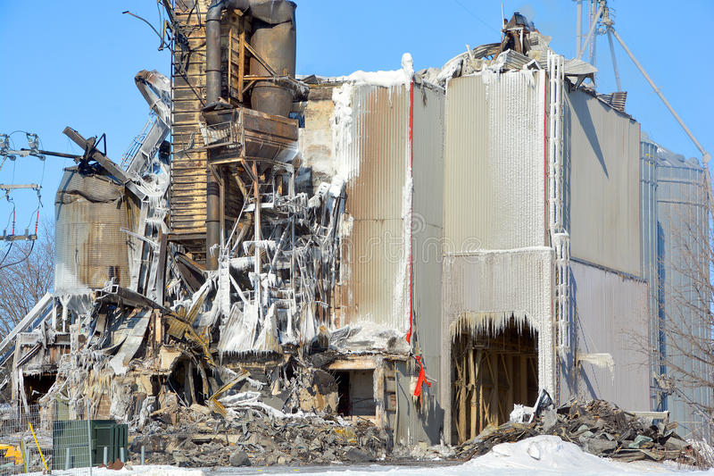 L'incendie de conséquence détruit le moulin photos stock