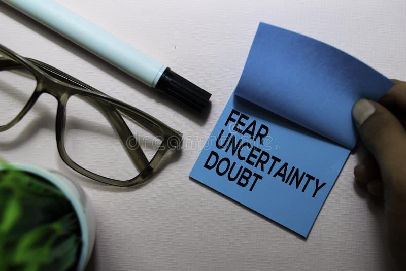 L'incertitude de crainte doutent du texte de FUD sur les notes collantes d'isolement sur le bureau photographie stock