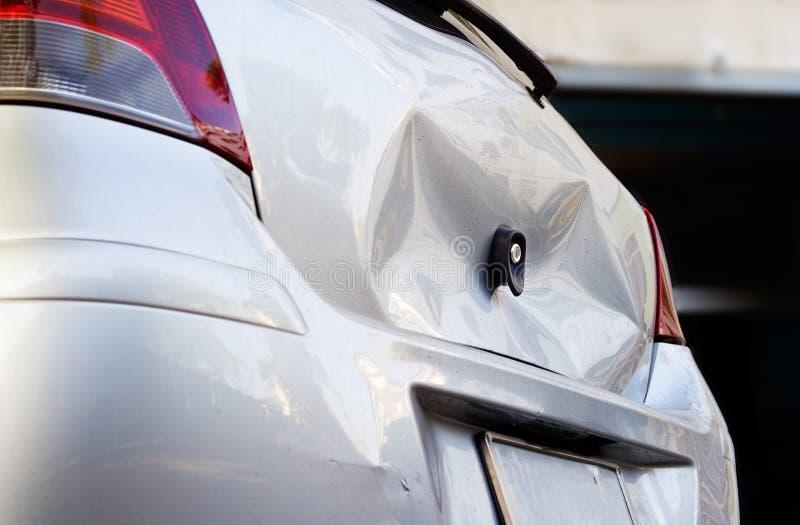L'incidente stradale, è vuoto sull'automobile del corpo, luce vibrante di colore immagine stock