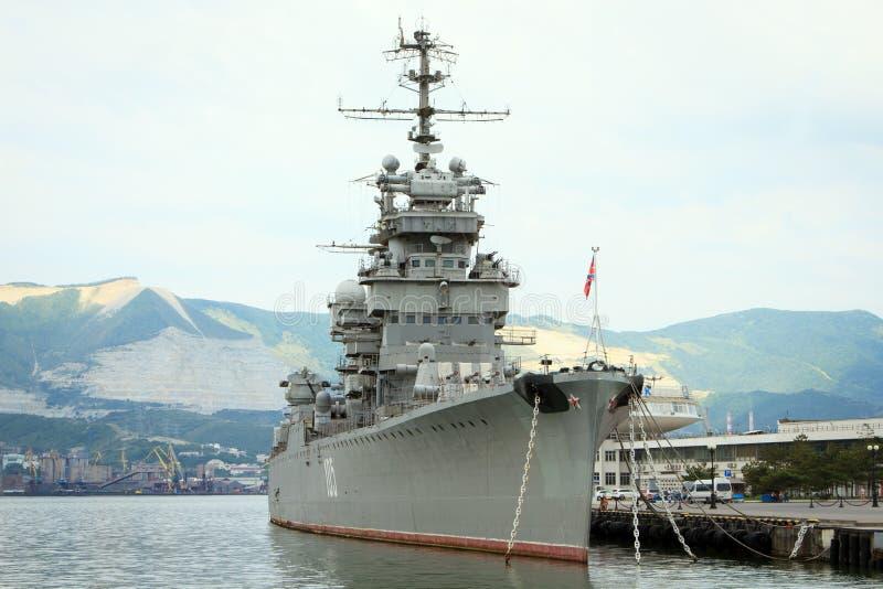 L'incrociatore Mikhail Kutuzov - il nave-museo ha attraccato in Novorossiisk sul lungomare centrale fotografia stock libera da diritti