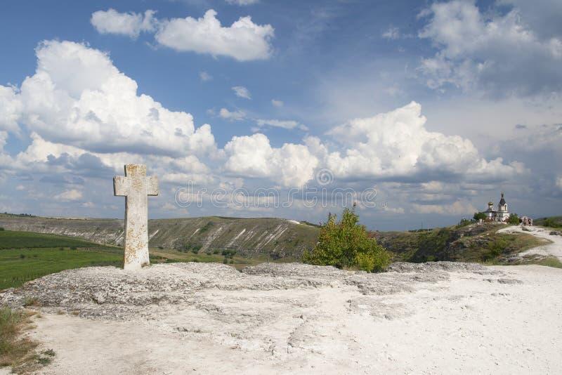 L'incrocio di pietra davanti alla chiesa di presupposto fotografie stock