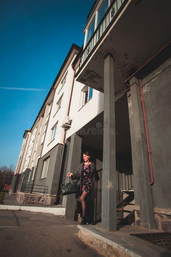 L'indépendance, confiance, concept d'élégance La fille mince va sur la rue de ville image stock