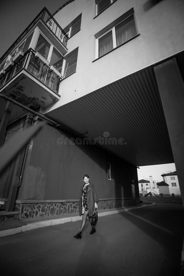 L'indépendance, confiance, concept d'élégance La fille mince va sur la rue de ville photographie stock libre de droits