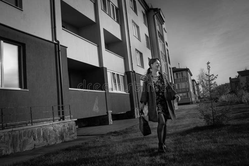 L'indépendance, confiance, concept d'élégance La fille mince va sur la rue de ville image libre de droits