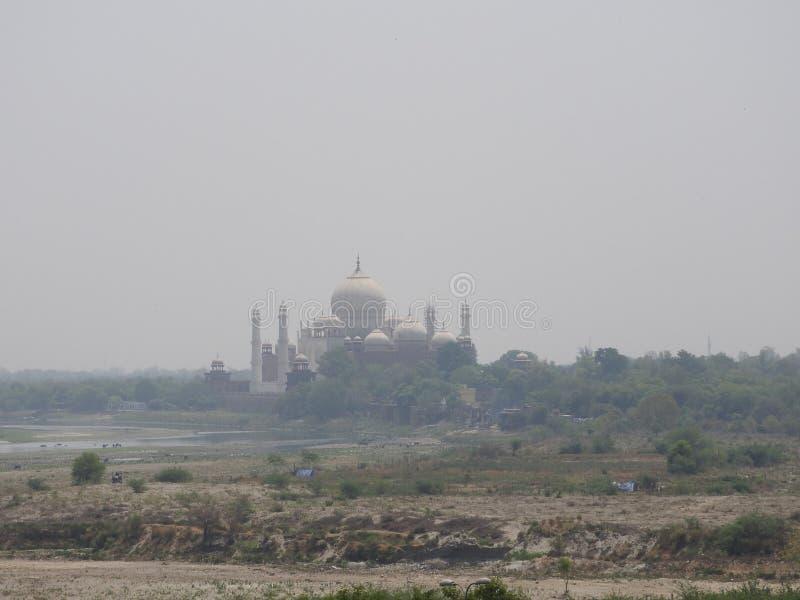 l'Inde agra Une vue de Taj Mahal d'un mur du fort rouge image libre de droits