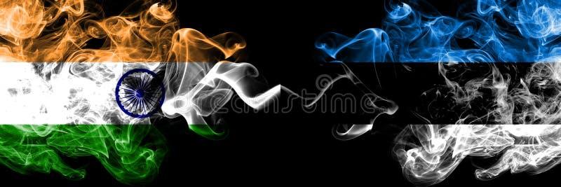 L'Inde contre l'Estonie, drapeaux estoniens de fumée placés côte à côte Drapeaux soyeux colorés épais de fumée d'Indien e images libres de droits