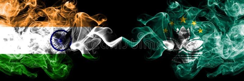 L'Inde contre Macao, drapeaux de fumée de la Chine a placé côte à côte Drapeaux soyeux colorés épais de fumée d'Indien et photo stock