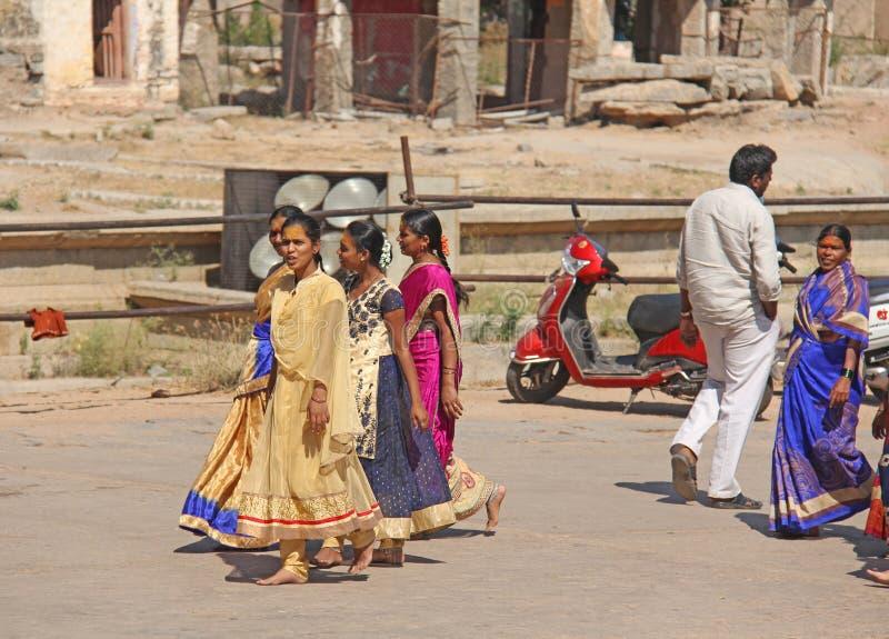 l'Inde Hampi - 1er février 2018 Une foule des hommes et des femmes indiens dans un sari sur les rues de l'Inde Couleurs lumineuse photo stock