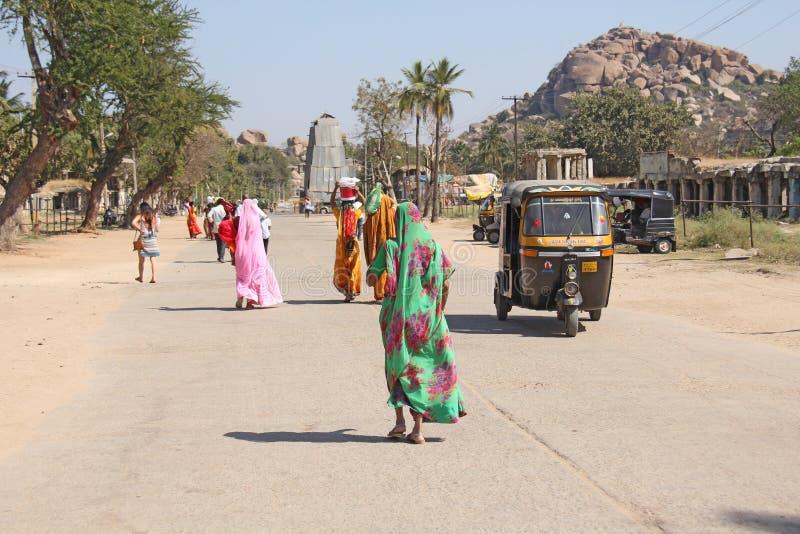 l'Inde Hampi - 1er février 2018 Une foule des hommes et des femmes indiens du dos dans les saris sur les rues de l'Inde Couleurs  image stock
