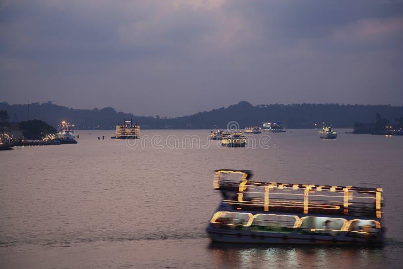 l'Inde - le Goa - Panaji - bateaux de touristes au crépuscule images libres de droits