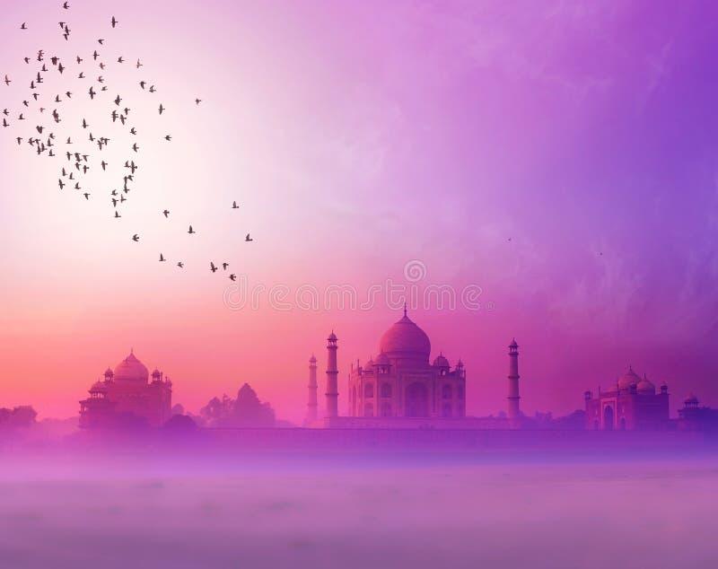 l'Inde. Silhouette de coucher du soleil du Taj Mahal photos libres de droits
