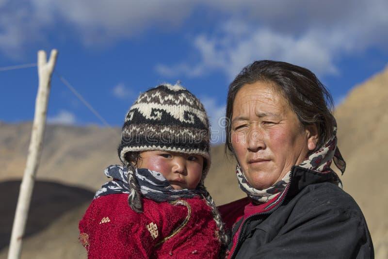 Donna locale anziana con il bambino in Ladakh L'India immagine stock