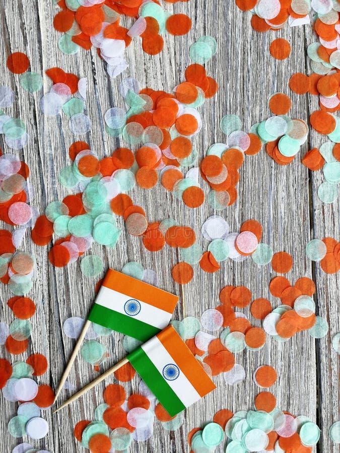 L'India festa dell'indipendenza 15 agosto, due mini bandiere dell'India con i coriandoli tre colori arancio e bianco verdi, su bi immagini stock libere da diritti