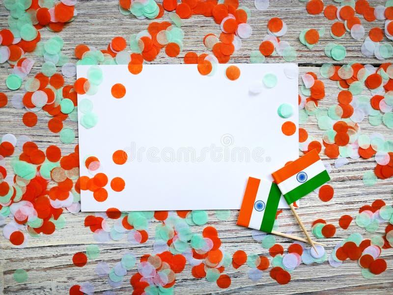 L'India festa dell'indipendenza 15 agosto, due mini bandiere dell'India con due strati di Libro Bianco, con verde di colori dei c immagini stock libere da diritti