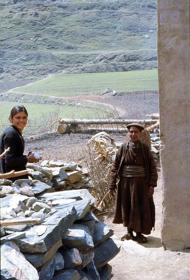 1977 L'India Un giovane e una donna anziana nel villaggio di Kishori fotografie stock libere da diritti